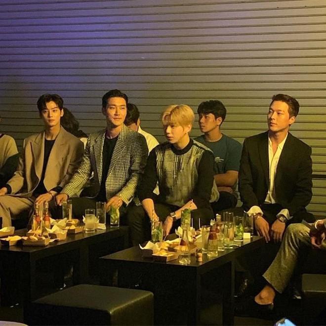 Hot nhất MXH: Màn đọ sắc siêu hiếm của 6 nam thần Kbiz còn không hot bằng màn tình tứ giữa Kang Daniel và đàn anh - ảnh 5