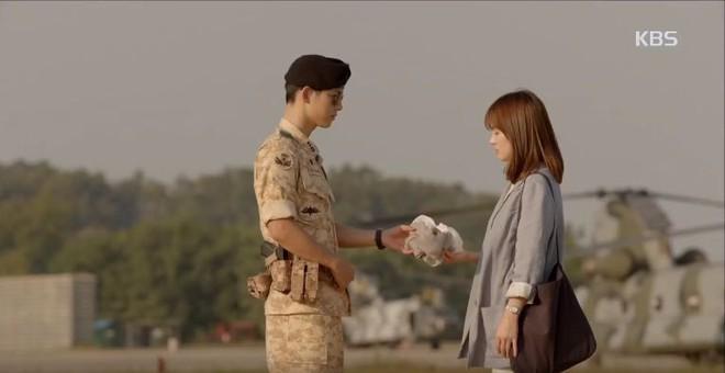 Cùng cảnh chiếc khăn gió lạnh: Song Hye Kyo gặp đức lang quân, Suzy (Vagabond) rơi vào tầm bắn! - ảnh 7