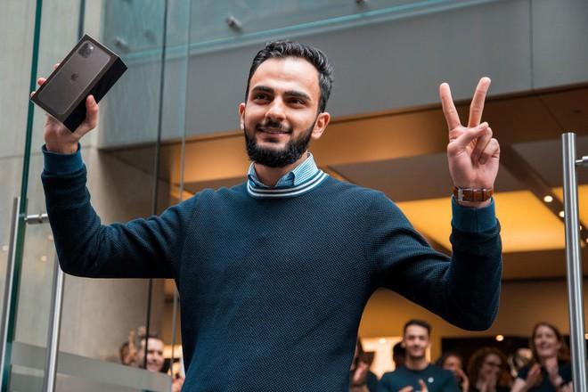 Thanh niên mua iPhone 11 đầu tiên trên thế giới: Xếp hàng suốt từ 3h sáng, mang cả chăn để tiện nằm nghỉ - Ảnh 1.