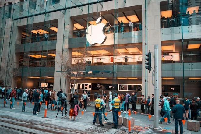 Thanh niên mua iPhone 11 đầu tiên trên thế giới: Xếp hàng suốt từ 3h sáng, mang cả chăn để tiện nằm nghỉ - Ảnh 3.