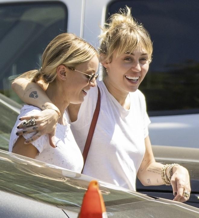 Nhanh như chớp, Miley Cyrus đã chia tay bạn gái Kaitlynn Carter chỉ sau 6 tuần hẹn hò - Ảnh 1.