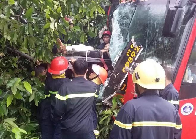 Bình Dương: Xe khách đâm vào gốc cây sau va chạm với xe máy, gần 40 hành khách la hét kêu cứu vì bị mắc kẹt - ảnh 2