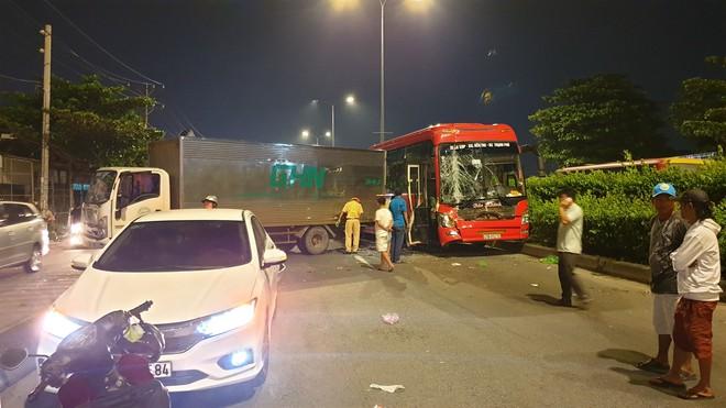 TP.HCM: Va chạm liên hoàn trên quốc lộ 1, nhiều hành khách hoảng loạn cầu cứu - ảnh 1