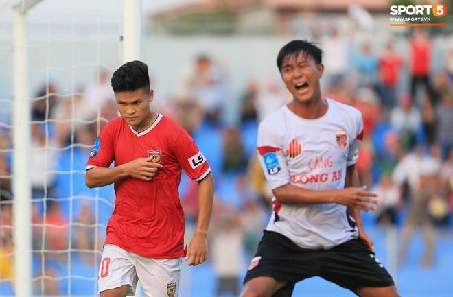 Cầu thủ Hà Tĩnh FC hân hoan nâng Cúp vô địch giải Hạng Nhất, chính thức lên hạng V.League 2020 - ảnh 12