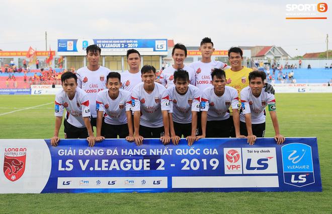 Cầu thủ Hà Tĩnh FC hân hoan nâng Cúp vô địch giải Hạng Nhất, chính thức lên hạng V.League 2020 - ảnh 15