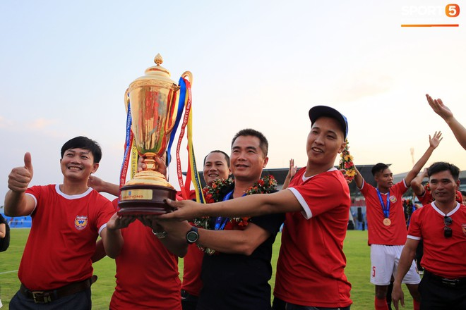 Cầu thủ Hà Tĩnh FC hân hoan nâng Cúp vô địch giải Hạng Nhất, chính thức lên hạng V.League 2020 - ảnh 5