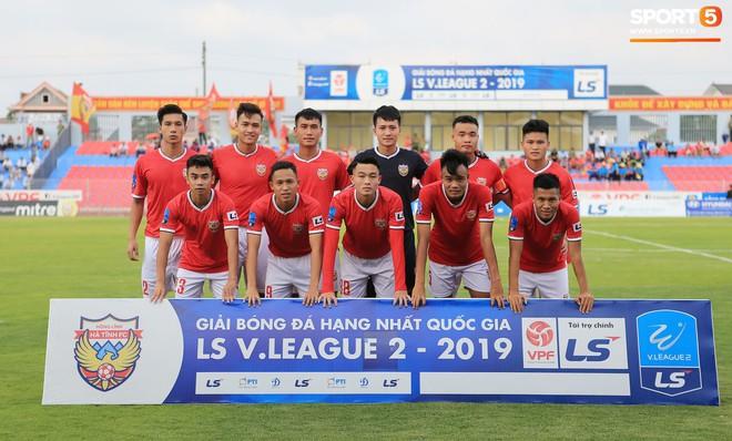 Cầu thủ Hà Tĩnh FC hân hoan nâng Cúp vô địch giải Hạng Nhất, chính thức lên hạng V.League 2020 - ảnh 14