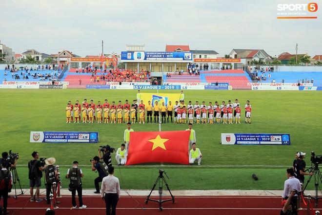 Cầu thủ Hà Tĩnh FC hân hoan nâng Cúp vô địch giải Hạng Nhất, chính thức lên hạng V.League 2020 - ảnh 13