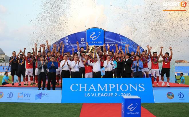Cầu thủ Hà Tĩnh FC hân hoan nâng Cúp vô địch giải Hạng Nhất, chính thức lên hạng V.League 2020 - ảnh 3