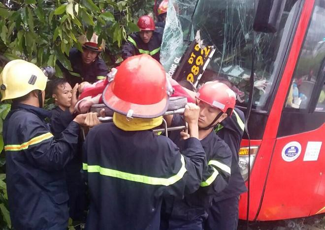 Bình Dương: Xe khách đâm vào gốc cây sau va chạm với xe máy, gần 40 hành khách la hét kêu cứu vì bị mắc kẹt - ảnh 1