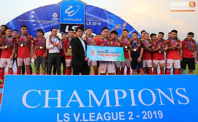 Cầu thủ Hà Tĩnh FC hân hoan nâng Cúp vô địch giải Hạng Nhất, chính thức lên hạng V.League 2020 - ảnh 2