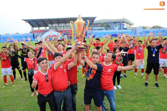 Cầu thủ Hà Tĩnh FC hân hoan nâng Cúp vô địch giải Hạng Nhất, chính thức lên hạng V.League 2020 - ảnh 4