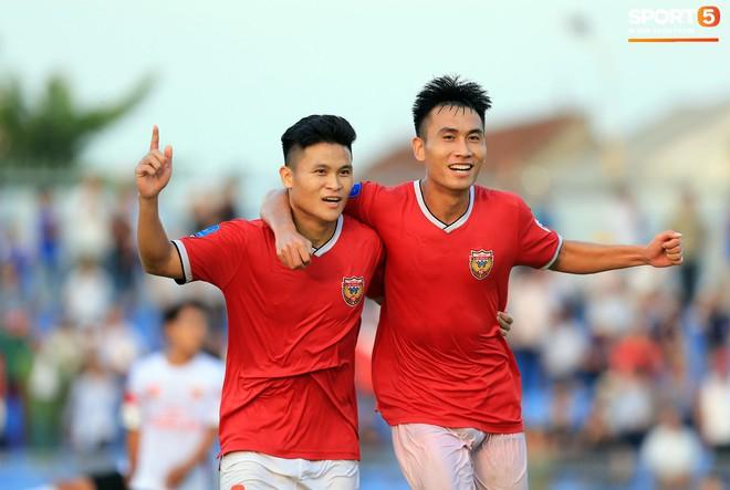 Cầu thủ Hà Tĩnh FC hân hoan nâng Cúp vô địch giải Hạng Nhất, chính thức lên hạng V.League 2020 - ảnh 9