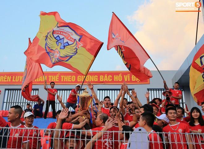 Cầu thủ Hà Tĩnh FC hân hoan nâng Cúp vô địch giải Hạng Nhất, chính thức lên hạng V.League 2020 - ảnh 6