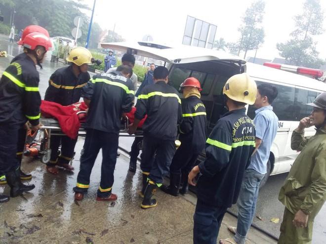 Bình Dương: Xe khách đâm vào gốc cây sau va chạm với xe máy, gần 40 hành khách la hét kêu cứu vì bị mắc kẹt - ảnh 3