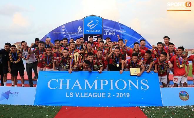 Cầu thủ Hà Tĩnh FC hân hoan nâng Cúp vô địch giải Hạng Nhất, chính thức lên hạng V.League 2020 - ảnh 1