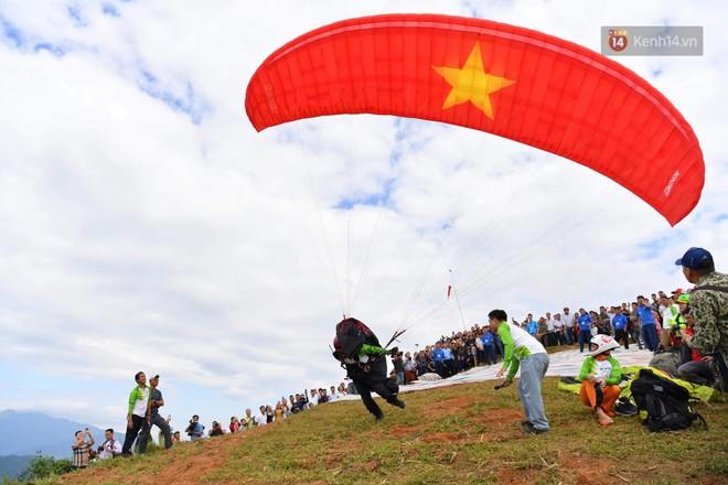 Hàng ngàn người dân tại Hoàng Su Phì thích thú ngắm dù lượn - ảnh 3