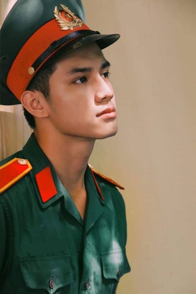 Xuất hiện hotboy Học viện Quân y vừa điển trai vừa học giỏi, nam thần trong truyền thuyết là đây chứ đâu! - ảnh 1