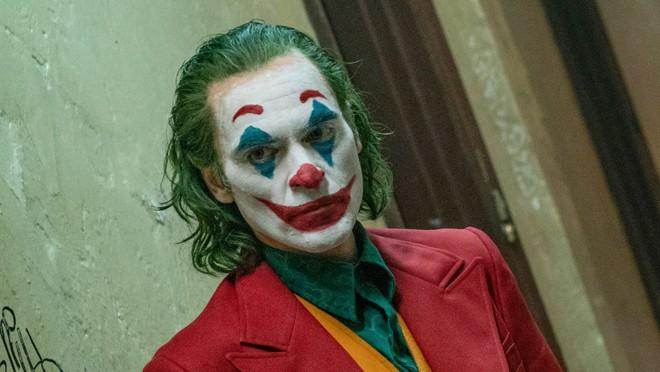 Joker bị chỉ trích vì có nhiều cảnh bạo lực, Warner Bros vội lên tiếng bênh vực con cưng! - Ảnh 1.