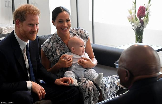 Vợ chồng Meghan Markle tự hào bế con xuất hiện công khai, bé Archie vừa lộ diện liền gây sốt với vô vàn biểu cảm đáng yêu - ảnh 3