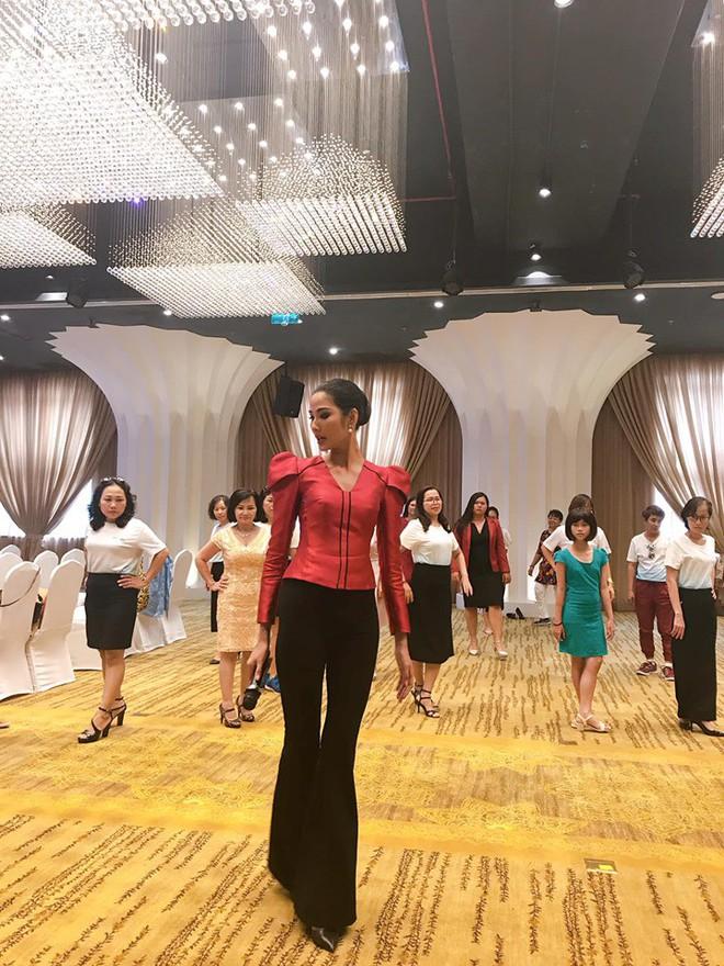 Trước thềm Miss Universe 2019, Hoàng Thùy gây xúc động mạnh với clip đặc biệt dạy catwalk cho bệnh nhân ung thư - ảnh 1