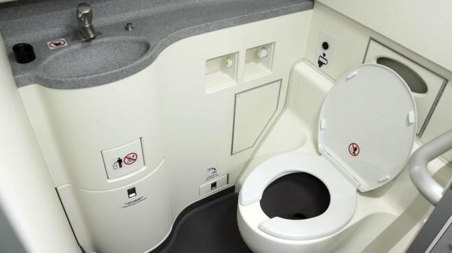 Các tiếp viên luôn nhắc nhở hành khách tuyệt đối không được đi vệ sinh lúc máy bay cất cánh và hạ cánh, vì sao lại thế? - Ảnh 2.