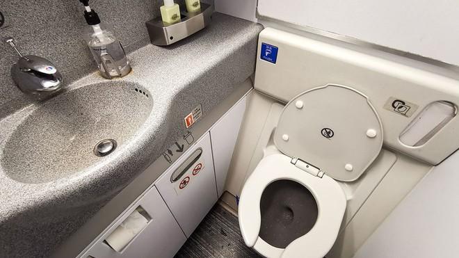 Các tiếp viên luôn nhắc nhở hành khách tuyệt đối không được đi vệ sinh lúc máy bay cất cánh và hạ cánh, vì sao lại thế? - Ảnh 1.
