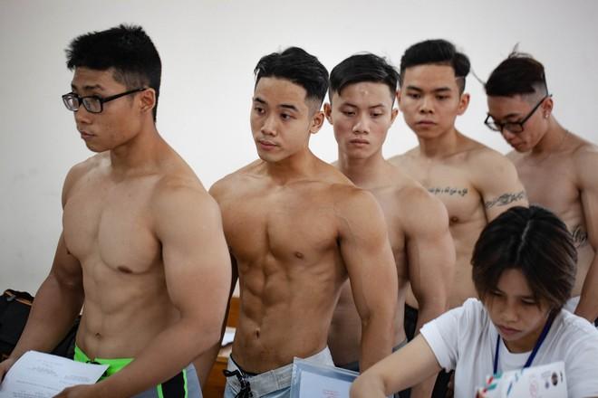 Dàn trai đẹp 6 múi đột nhiên đổ bộ trường Đại học Hutech khiến hội chị em thi nhau thả tim điên đảo - ảnh 4