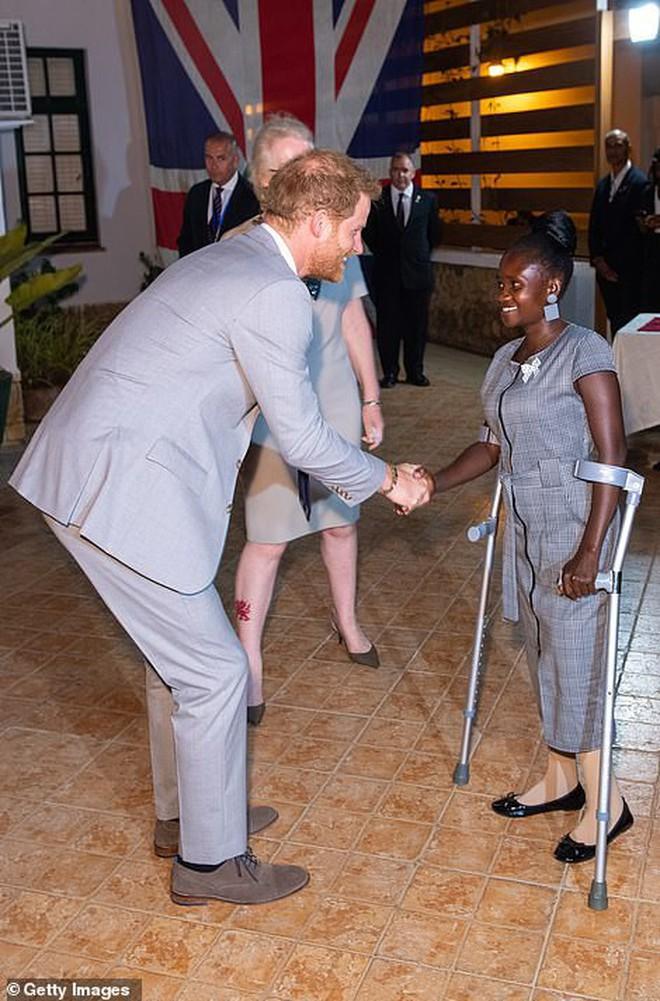 Hoàng tử Harry gặp lại cô gái khuyết tật từng ngồi trong lòng Công nương Diana cách đây 22 năm và phản ứng dữ dội của dư luận - ảnh 2