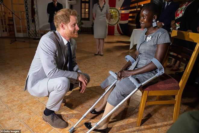 Hoàng tử Harry gặp lại cô gái khuyết tật từng ngồi trong lòng Công nương Diana cách đây 22 năm và phản ứng dữ dội của dư luận - ảnh 1
