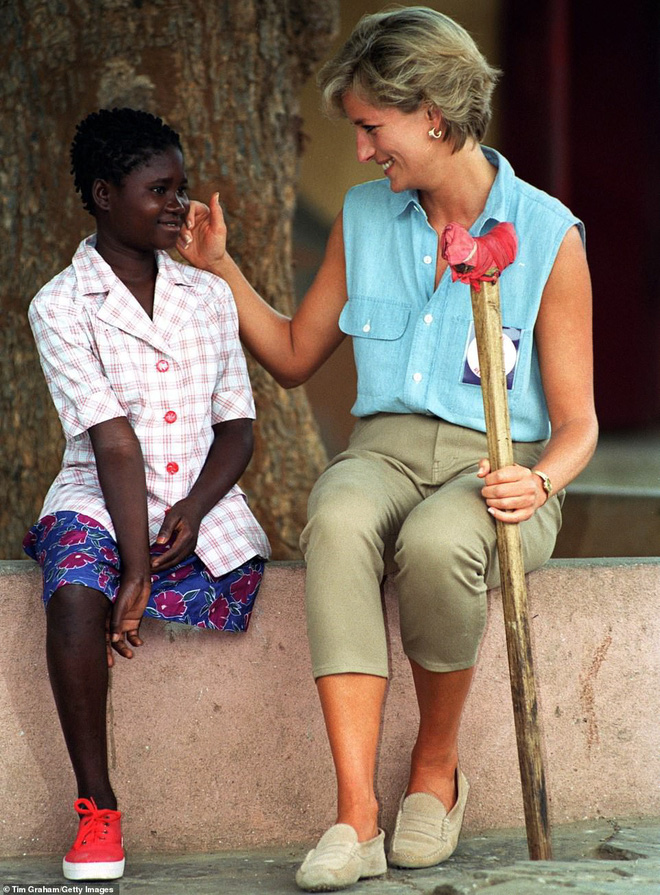 Hoàng tử Harry gặp lại cô gái khuyết tật từng ngồi trong lòng Công nương Diana cách đây 22 năm và phản ứng dữ dội của dư luận - ảnh 4