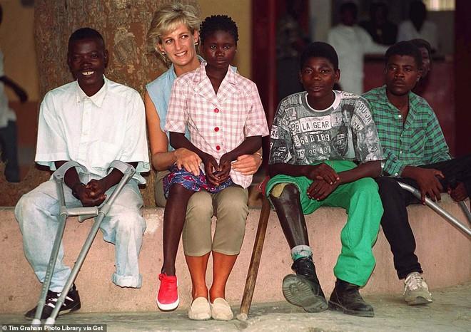 Hoàng tử Harry gặp lại cô gái khuyết tật từng ngồi trong lòng Công nương Diana cách đây 22 năm và phản ứng dữ dội của dư luận - ảnh 3