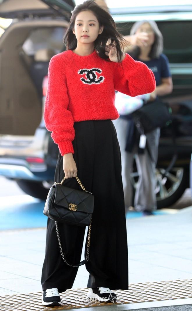 Màn đọ sắc bất ngờ của 2 mỹ nhân BLACKPINK ở sân bay: Jennie như tiểu thư tài phiệt, Rosé bất chấp cả góc dìm hàng - ảnh 9