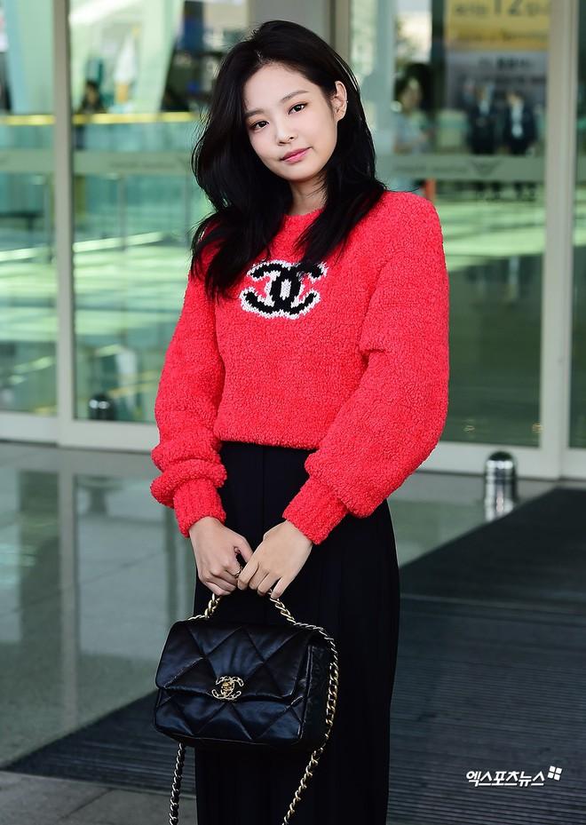 Màn đọ sắc bất ngờ của 2 mỹ nhân BLACKPINK ở sân bay: Jennie như tiểu thư tài phiệt, Rosé bất chấp cả góc dìm hàng - ảnh 12