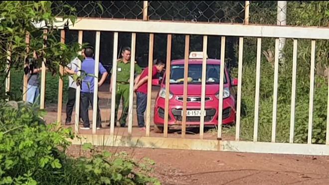 Bình Dương: Tài xế taxi bị 2 nam thanh niên vờ bắt xe rồi dùng dao cứa cổ cướp tài sản trong đêm - ảnh 2