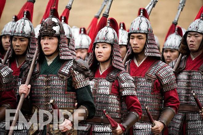 Nhìn binh nhì Lưu Diệc Phi đờ đẫn trong Mulan, fan Việt khóc thét: Khác gì quần chúng không cơ chứ? - Ảnh 2.