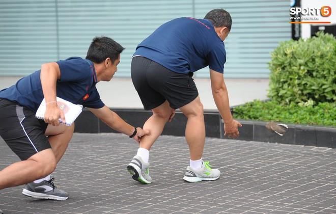 Khoảnh khắc hiếm gặp: Trợ lý tuyển Việt Nam cũng có lúc chọc ghẹo nhau nhí nhảnh thế này - Ảnh 2.