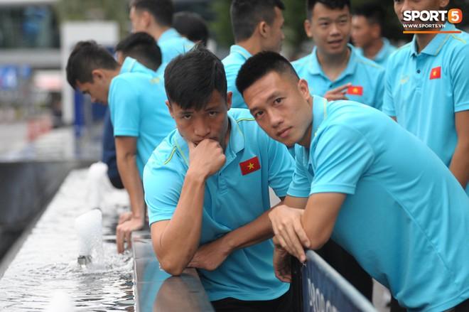 Khoảnh khắc hiếm gặp: Trợ lý tuyển Việt Nam cũng có lúc chọc ghẹo nhau nhí nhảnh thế này - Ảnh 9.