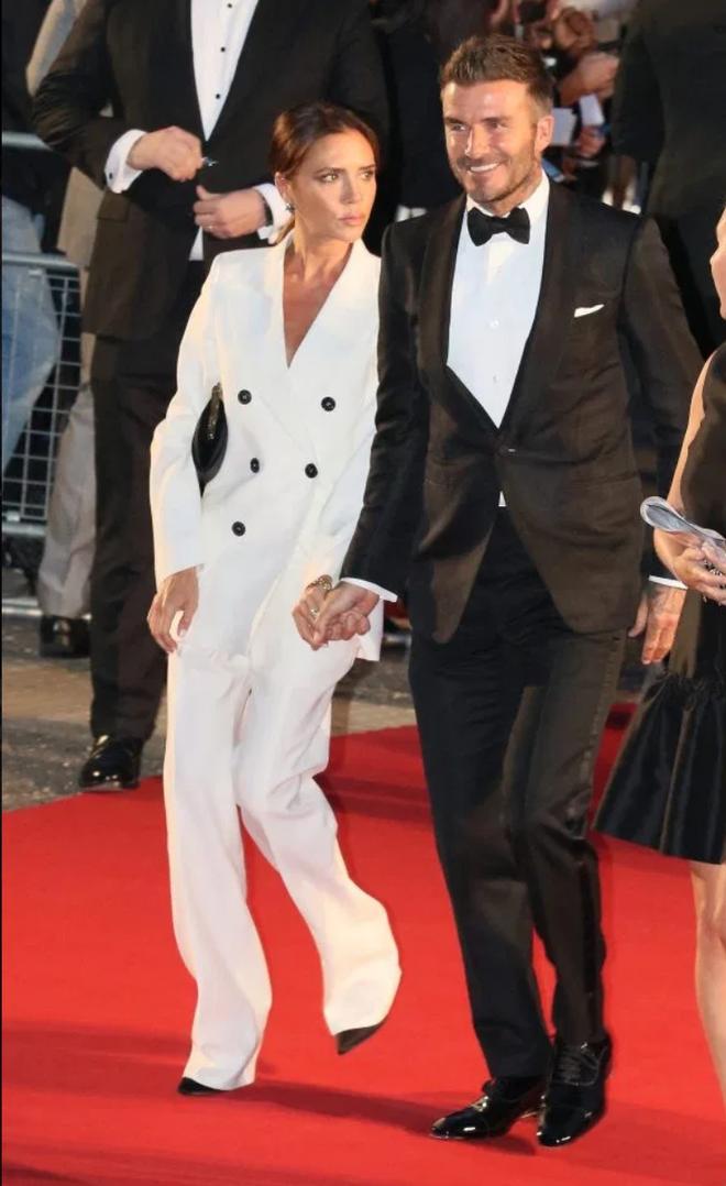 Thảm đỏ hot nhất hôm nay: Brooklyn Beckham lu mờ trước bố mẹ, minh tinh Aquaman gây chú ý khi diện áo dài Việt cách điệu - Ảnh 1.