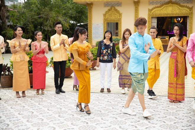 Thủy Tiên và mẹ lần đầu chia sẻ câu chuyện gia đình hiến đất xây dựng Chùa tại Kiên Giang - ảnh 6