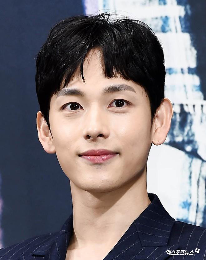 9 sao Hàn có điểm thi đại học khủng nhất Kbiz: Song Joong đã đỉnh, vợ chồng Kim Tae Hee - Bi Rain còn đỉnh hơn - ảnh 5