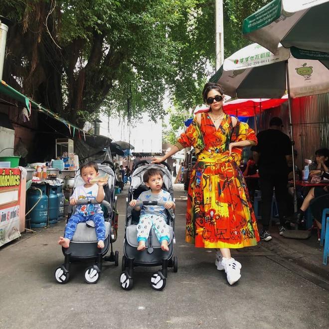 Đưa con dạo phố như nữ hoàng thảm đỏ Thái Chompoo: Chanh sả như catwalk, thần thái 2 bé còn đỉnh hơn - Ảnh 1.