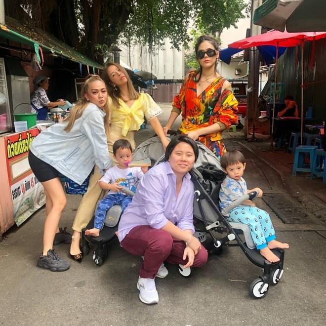 Đưa con dạo phố như nữ hoàng thảm đỏ Thái Chompoo: Chanh sả như catwalk, thần thái 2 bé còn đỉnh hơn - Ảnh 2.