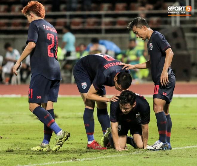 Công Phượng trò chuyện, nắm chặt tay Messi Thái Lan trước những cái nhìn kỳ lạ của đồng đội - ảnh 17