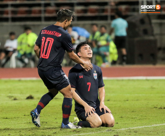 Công Phượng trò chuyện, nắm chặt tay Messi Thái Lan trước những cái nhìn kỳ lạ của đồng đội - ảnh 16