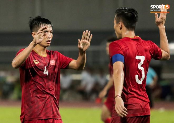 Công Phượng trò chuyện, nắm chặt tay Messi Thái Lan trước những cái nhìn kỳ lạ của đồng đội - ảnh 20