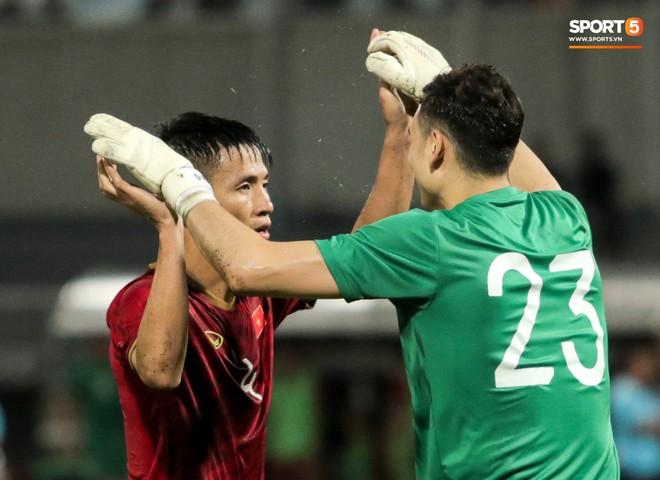 Công Phượng trò chuyện, nắm chặt tay Messi Thái Lan trước những cái nhìn kỳ lạ của đồng đội - ảnh 19