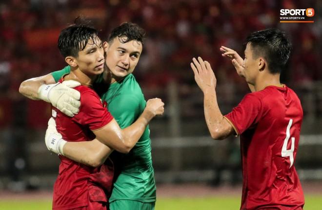 Công Phượng trò chuyện, nắm chặt tay Messi Thái Lan trước những cái nhìn kỳ lạ của đồng đội - ảnh 18