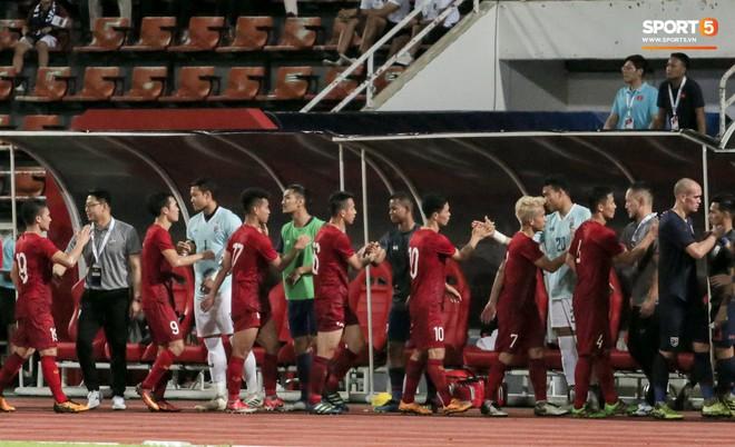 Công Phượng trò chuyện, nắm chặt tay Messi Thái Lan trước những cái nhìn kỳ lạ của đồng đội - ảnh 1