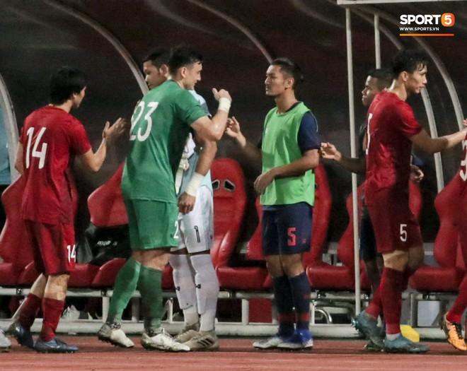 Công Phượng trò chuyện, nắm chặt tay Messi Thái Lan trước những cái nhìn kỳ lạ của đồng đội - ảnh 9